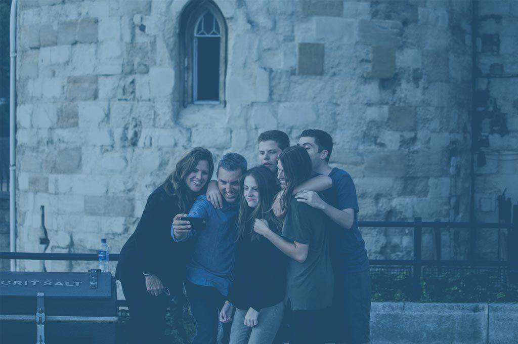 Famiglia che scatta un selfie